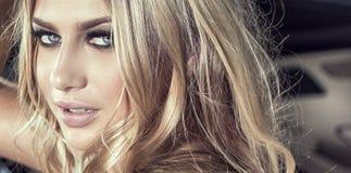 Fille blonde sensuelle dans le maquillage de charme Images libres de droits