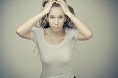 Fille blonde sensuelle dans le T-shirt humide Photographie stock libre de droits