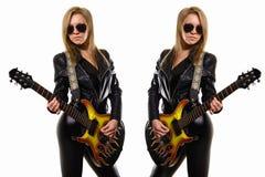 Fille blonde sexy dans des lunettes de soleil, veste en cuir noire jouant la guitare photos libres de droits