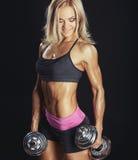 Fille blonde sportive sexy avec des haltères Images libres de droits
