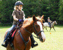 Fille blonde sur le cheval Photographie stock