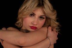 Fille blonde très sensuelle et belle avec les yeux bleus et le Li rouge image libre de droits