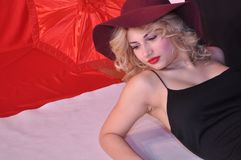 Fille blonde très sensuelle et belle avec les yeux bleus et le Li rouge photos stock