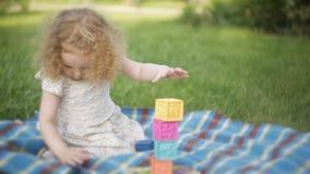 Fille bouclée en parc sur jouer couvrant clips vidéos