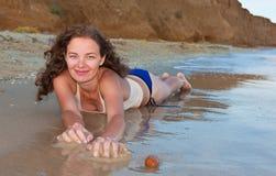 Fille bouclée sur la plage Photographie stock libre de droits