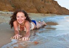 Fille bouclée sur la plage Images libres de droits