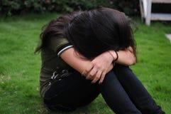 Fille bouleversée d'adolescent boudant dans le jardin. Photographie stock