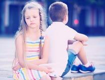 Fille bouleversée en ayant le problème avec l'ami dehors dans le parc Photos libres de droits