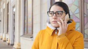 Fille bouleversée parlant au téléphone Plan rapproché Mouvement lent clips vidéos