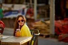 Fille buvant du jus d'orange Photo stock