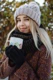 Fille buvant du thé chaud dehors en hiver photo libre de droits
