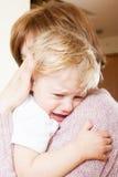 Fille calmante de bébé de maman Images libres de droits