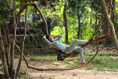Fille cambodgienne se trouvant sur des vignes Images libres de droits