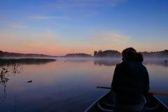 Fille Canoing au lever de soleil Photos libres de droits