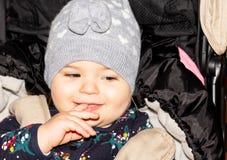 Fille capuchon Bébé configuration drôle Enfant infant photo libre de droits