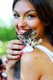 Fille caucasienne assez jeune avec le chaton images libres de droits
