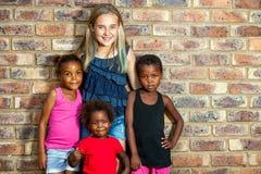 Fille caucasienne avec les amis africains. Photos libres de droits