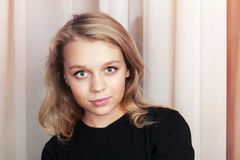 Fille caucasienne blonde de sourire dans le noir Image libre de droits