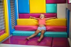 Fille caucasienne dans le terrain de jeu Photographie stock libre de droits