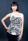 Fille caucasienne de cheveu foncé exprimant la sensualité Photographie stock