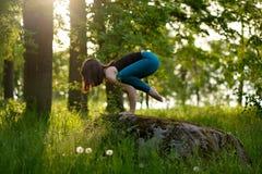 Fille caucasienne faisant le yoga en parc de ville B Photographie stock