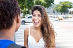 Fille caucasienne heureuse parlant avec l'amie d'afro-américain Photographie stock libre de droits