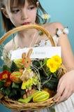 Fille caucasienne souhaitant Joyeuses Pâques Photographie stock