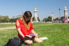 Fille chanceuse des vacances à Paris Image stock