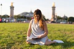 Fille chanceuse des vacances à Paris Photos libres de droits