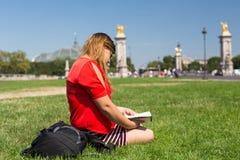 Fille chanceuse des vacances à Paris Photo stock