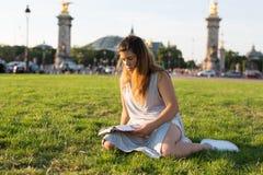 Fille chanceuse des vacances à Paris Photographie stock libre de droits