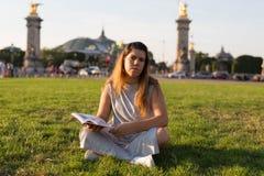 Fille chanceuse des vacances à Paris Images libres de droits