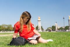Fille chanceuse des vacances à Paris Photo libre de droits