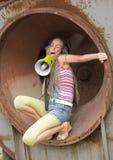 Fille chantant dans la boucle photos stock