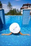 Fille, chapeau blanc et piscine photo libre de droits