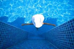 Fille, chapeau blanc et piscine image libre de droits