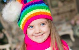 Fille, chapeau d'arc-en-ciel et écharpe, fin  Images libres de droits