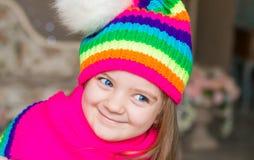 Fille, chapeau d'arc-en-ciel et écharpe, fin  Photos libres de droits