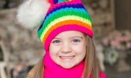 Fille, chapeau d'arc-en-ciel et écharpe, fin  Photo stock