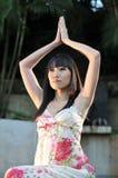 Fille chinoise asiatique dans la pose de yoga image stock