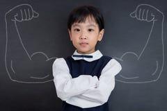 Fille chinoise asiatique se tenant contre le tableau noir avec le streptocoque esquissé images libres de droits