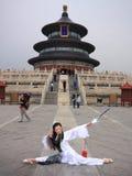 Fille chinoise avec l'épée Image libre de droits