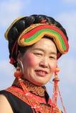 Fille chinoise dans l'habillement traditionnel de Miao pendant le festival de fleur de poire de Heqing Qifeng Image libre de droits
