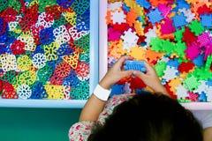 Fille chinoise résolvant le puzzle Photo libre de droits