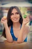 Fille choisissant entre les saveurs de Macarons image libre de droits