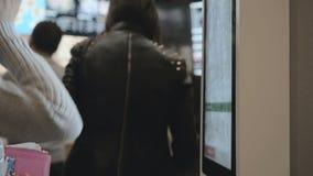 Fille choisissant la nourriture par l'intermédiaire de la machine de libre service au restaurant d'aliments de préparation rapide banque de vidéos