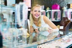 Fille choisissant le bracelet dans la boutique de bijouterie Photographie stock