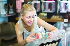 Fille choisissant le bracelet dans la boutique de bijouterie photo stock