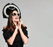 Fille choquée élégante, dans la robe noire avec des lunettes de soleil images libres de droits