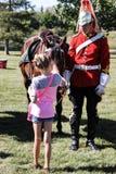 Fille choyant le cheval Photographie stock libre de droits